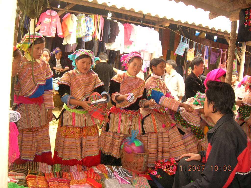 Diện tích khu chợ phần lớn là dành để bán đồ thổ cẩm