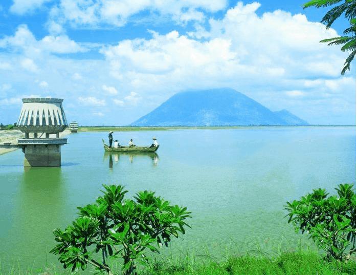 Hồ Dầu Tiếng nổi tiếng với làn nước trong xanh